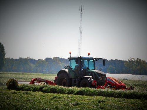 Landbouwer Leenaerts uit Meerle (Be) aan het maaien met z'n Fendt 724 en Pottinger Triple maaier. Geplaatst door tractorquintentje op 05-05-2018 om 22:27:10, op TractorFan.nl - de nummer 1 tractor foto website.