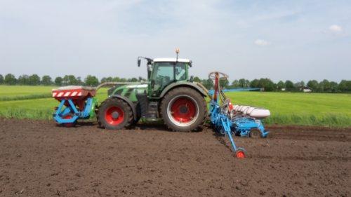 Mulder-eykelkamp (Zwolle) × op de foto met een Fendt 720.alle maïs zit er weer in. Geplaatst door gerben op 25-05-2018 om 06:36:28, op TractorFan.nl - de nummer 1 tractor foto website.