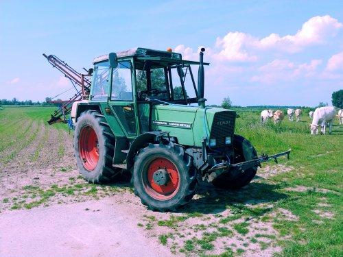 Foto van een Fendt 307 LSA, plaats specifieke onkruid bestrijding, werkt mooi zo!. Geplaatst door Quintto op 27-05-2018 om 12:44:55, op TractorFan.nl - de nummer 1 tractor foto website.