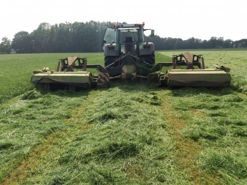 Foto van een Fendt 926 even gras maaien. In 2.35 uur 22ha gras plat gelegd. 8.5m breed neemt die mee.