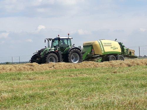 Foto van een Fendt 718 aan het balen persen. Geplaatst door John deere 6100rc op 11-06-2018 om 16:29:41, op TractorFan.nl - de nummer 1 tractor foto website.