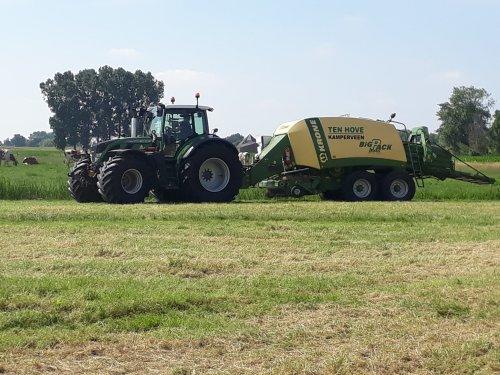 Foto van een Fendt 718 aan het balen persen. Geplaatst door John deere 6100rc op 11-06-2018 om 16:29:42, op TractorFan.nl - de nummer 1 tractor foto website.