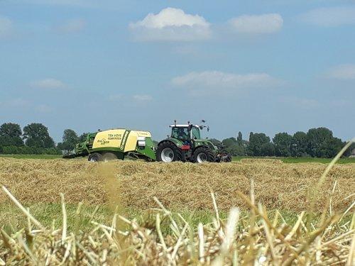 Foto van een Fendt 718 aan het balen persen. Geplaatst door John deere 6100rc op 11-06-2018 om 16:29:46, op TractorFan.nl - de nummer 1 tractor foto website.