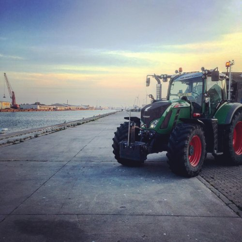 Foto van een Fendt 720 aan het poseren in de haven van Gent. Geplaatst door emiel-verstaen op 13-06-2018 om 17:26:18, met 3 reacties.