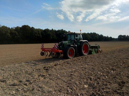 Foto van een Fendt 820 bezig met 5 ha wintergerst zaaien. Geplaatst door fendt716,311driver op 18-10-2018 om 20:40:17, op TractorFan.nl - de nummer 1 tractor foto website.