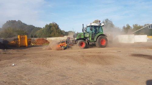 Fendt 207 F, stukje vegen. Geplaatst door Loonwerker_Erwin op 21-10-2018 om 12:22:46, op TractorFan.nl - de nummer 1 tractor foto website.