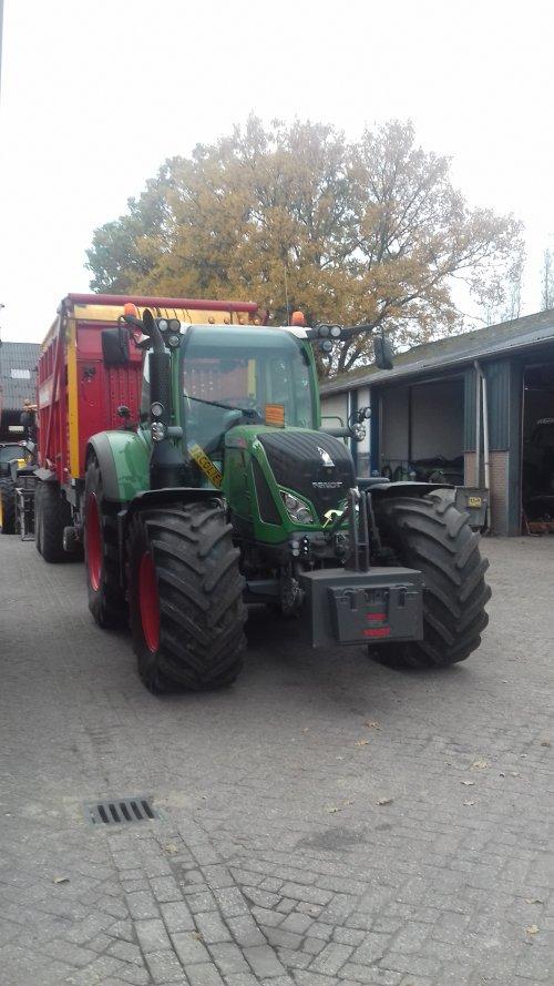 Hier zie je Geresteijn (Kootwijkerbroek ) × met een Fendt 720.. Geplaatst door g-g op 09-11-2018 om 14:46:29, op TractorFan.nl - de nummer 1 tractor foto website.