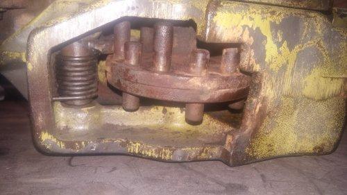 Foto van een Fendt 106 mechanisme van de keerkoppeling onder het koppelingspedaal. Geplaatst door albert-fendt op 24-12-2018 om 21:36:28, met 12 reacties.