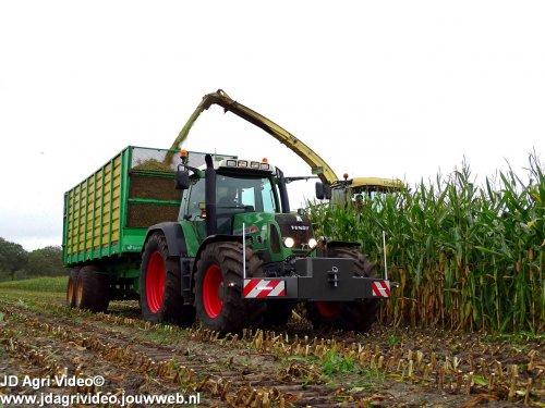 Foto van een Fendt 820, Loonbedrijf Ploegmakers uit De Rips aan het mais hakselen. ZIE OOK DE VIDEO  https://youtu.be/Va71ocCEpd0