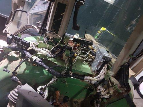 Foto van een Fendt 514 C. Toch al lekker bezig geweest met de kabelboom. De kabels in de cabine liggen bijna allemaal weer. Gaat het toch nog sneller dan gedacht. En we hebben alweer een heel aantal nieuwe onderdelen besteld dus kunnen we de eerste tijd nog wel ff door