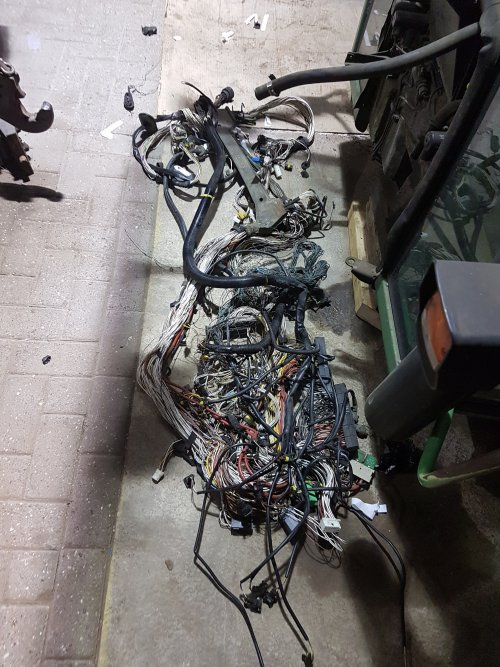 Foto van een Fendt 514 C. De wir war aan kabels helemaal vervangen. De oude kabelboom is er na een heel aantal avonden uit, en de nieuwe er weer in.
