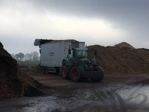 Foto van een Fendt 724 bezig met een vracht houtsnippers te lossen.. Geplaatst door Fast Eddy op 02-02-2019 om 16:30:25, met 2 reacties.