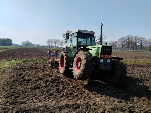 Foto van een Fendt 311 LSA bezig met ploegen. Met een wiel in de lucht 😀. Geplaatst door fendt716,311driver op 21-04-2019 om 16:43:00, op TractorFan.nl - de nummer 1 tractor foto website.