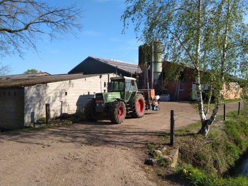 Foto van een Fendt 311 LSA met 6 rijjer monesem maiszaaien. Van de week de eerste 9 ha mais gezaaid.