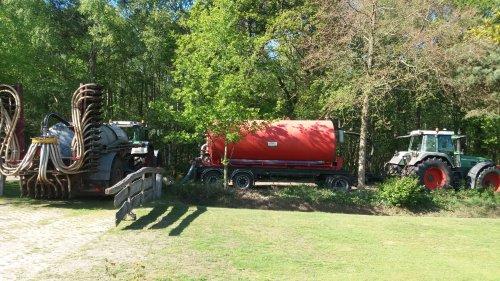 Foto van een Fendt Meerdere luxe probleem. Trekkers en volk over. Dus maar even een transport tank gehuurd om op 2km van de boerderij mest na te brengen. Dan schiet het op met bemesten. Toch maar eens nadenken over een eigen transport tank......