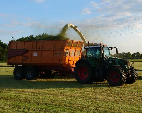 Foto van een Fendt 724 van E.j.g.gerritsen uit Heelsum aan het gras hakselen vlakbij Achterberg.. Geplaatst door utwenters op 15-05-2019 om 21:25:07, op TractorFan.nl - de nummer 1 tractor foto website.