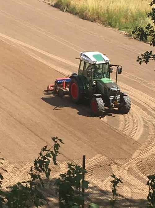 Foto van een Fendt aan het zaaien. Geplaatst door Jochem Westerhof op 05-07-2019 om 14:33:40, op TractorFan.nl - de nummer 1 tractor foto website.
