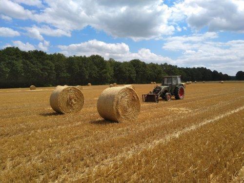 Foto van een Fendt 108 S bezig met strorollen laden. Geplaatst door fendt716,311driver op 07-07-2019 om 15:24:57, op TractorFan.nl - de nummer 1 tractor foto website.