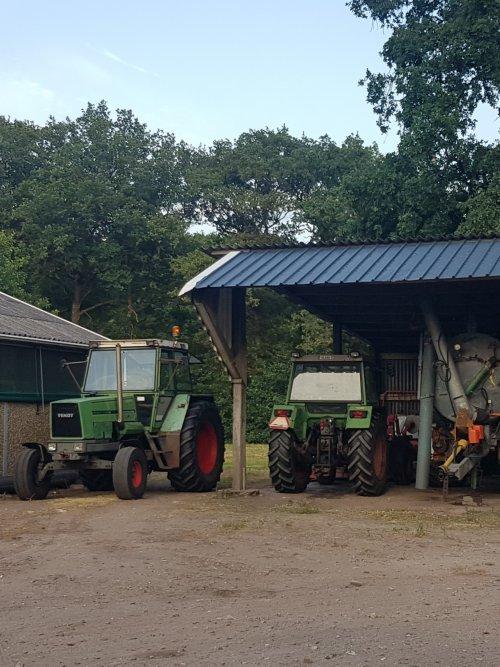 Foto van een Fendt Meerdere 610 en 305 in de rustmodus.. Geplaatst door Hkramer op 04-08-2019 om 00:05:55, op TractorFan.nl - de nummer 1 tractor foto website.