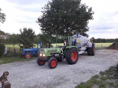 Foto van een Fendt 103 S van een maat bezig met onze Joskin tank te verplaatsen ergens begin juni 2019