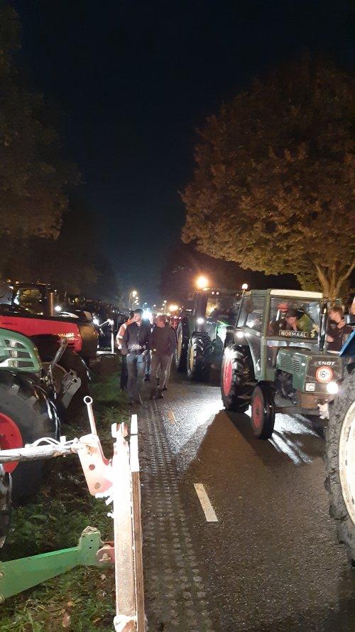 De lichtmis verzamelpunt voor het protest. Geplaatst door Jeroen745 op 17-10-2019 om 10:21:49, op TractorFan.nl - de nummer 1 tractor foto website.