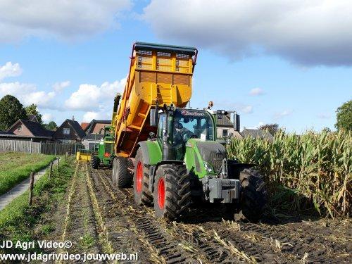 Foto van een Fendt 724, loonbedrijf P van den Hardenberg uit Elspeet aan het maishakselen. ZIE OOK DE VIDEO  https://youtu.be/A9zYMpzXtz8