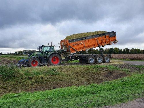 Foto van een Fendt 724. Geplaatst door T.Tanis op 23-10-2019 om 20:57:36, op TractorFan.nl - de nummer 1 tractor foto website.