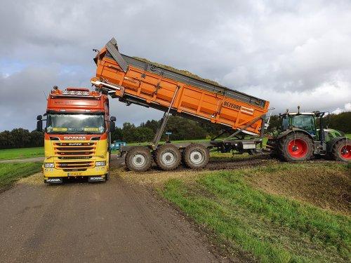 Foto van een Fendt 724. Geplaatst door T.Tanis op 23-10-2019 om 20:58:42, op TractorFan.nl - de nummer 1 tractor foto website.