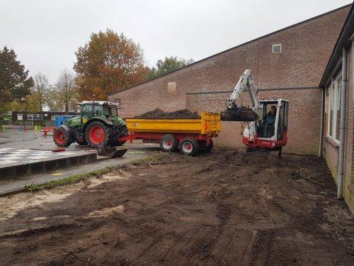 Foto van een Fendt 211 Vario met VGM dumper.. Geplaatst door Fast Eddy op 27-10-2019 om 18:55:24, op TractorFan.nl - de nummer 1 tractor foto website.