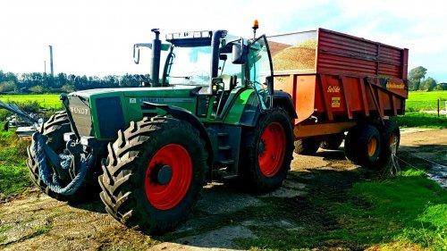 Foto van een Fendt 818. Loonbedrijf Kleis Ruinerwold vorige week zaterdag bezig met de laatste mais hakselen van het maisdoolhof van speel- en ijsboerderij de Drentse koe.