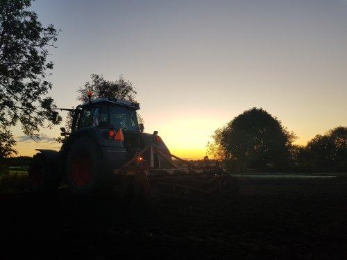 Perceel lostrekken in mooie avondzon.. Geplaatst door wart op 03-11-2019 om 17:19:44, op TractorFan.nl - de nummer 1 tractor foto website.