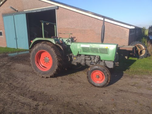 Voor iedereen die zich afvroeg wat ik van de week aan het doen was..( https://www.tractorfan.nl/picture/1321015/user/11970/ ) Deze strakke spatborden staan hem veel beter👌🤩