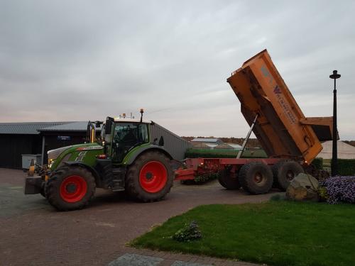 Foto van een Fendt 724 bezig met dumperen. Geplaatst door warmerbros op 08-12-2019 om 22:32:05, op TractorFan.nl - de nummer 1 tractor foto website.