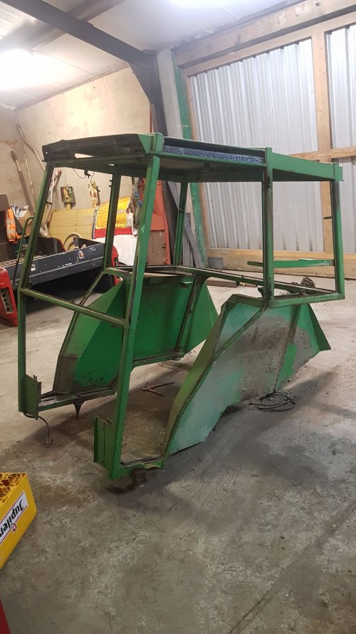 Foto van een Fendt 108 LS. Slechte stukken uit de cabine verwijderd. Nu klaar om nieuwe stukken in te gaan lassen.