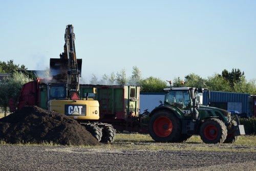 Foto van een Fendt 720 compost strooien in Noordwijkerhout. Geplaatst door warmerbros op 19-12-2019 om 19:35:03, op TractorFan.nl - de nummer 1 tractor foto website.