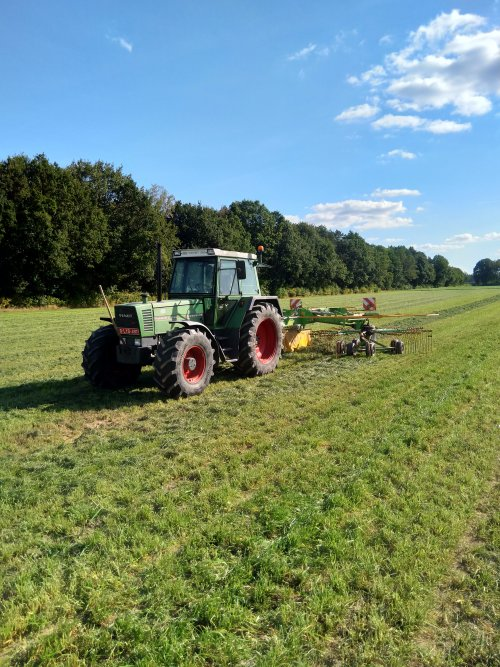 Foto van een Fendt 311 LSA bezig met het harken van een lichte snede deze zomer. Geplaatst door fendt716,311driver op 22-12-2019 om 12:10:02, op TractorFan.nl - de nummer 1 tractor foto website.