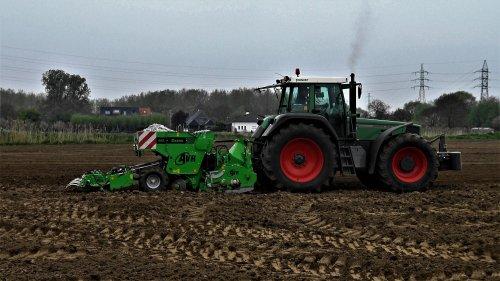 Foto van een Fendt 824, met een AVR 400 ceres aardappelplant machine. reeds een paar jaar geleden in de buurt.