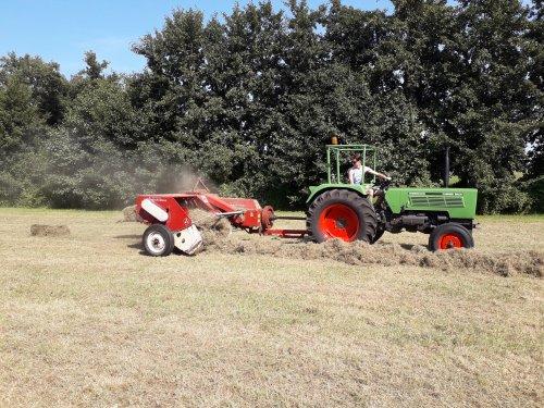 Foto van een Fendt 102 S met Mc Cormick International Harvester B47 hooipers bezig met hooibalen persen eind augustus in Achterveld