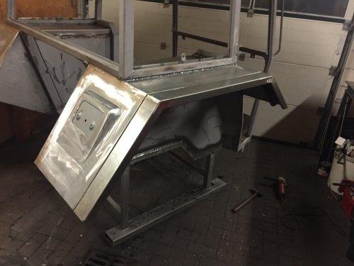 Foto van een Fendt 103 LS cabine klaar voor de spuiter helemaal laten stralen en nu de nieuwe stukken erin gelast