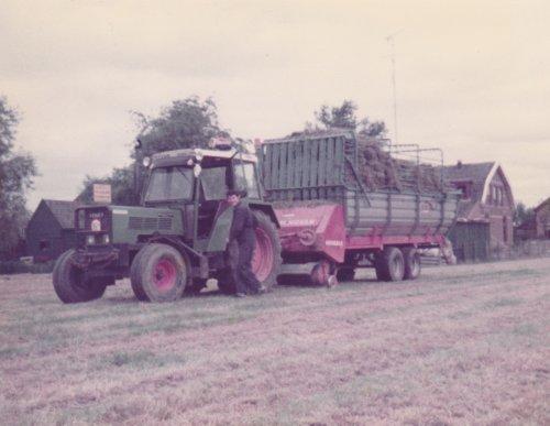 Foto van een Fendt 105 LS  Fendt 105 LS met Mengele 370  opraapwagen.rond 1985. Geplaatst door fendt 590 op 04-02-2020 om 22:43:04, met 10 reacties.