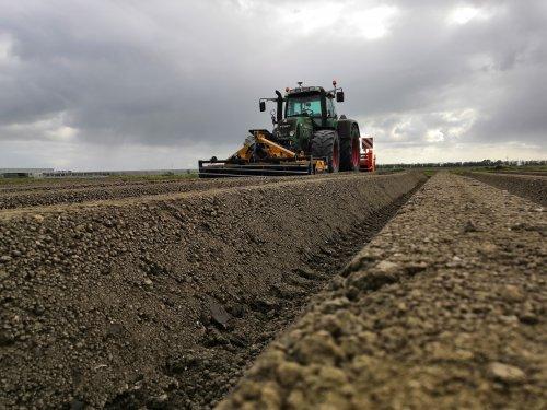 Foto van een Fendt 820 aan het wortelruggen frezen.. Geplaatst door inter fan op 07-02-2020 om 23:05:14, op TractorFan.nl - de nummer 1 tractor foto website.