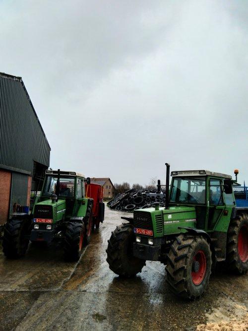 Foto van een Fendt Meerdere bezig met poseren met de kipwagen en mengwagen erachter 😀. Geplaatst door fendt716,311driver op 09-02-2020 om 16:59:35, op TractorFan.nl - de nummer 1 tractor foto website.