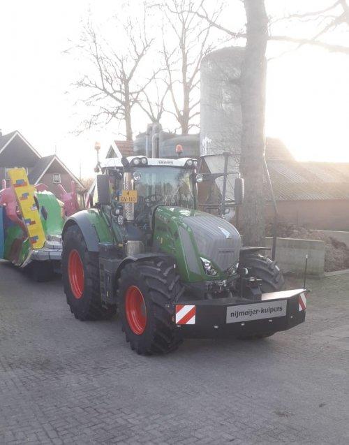 Foto van een Fendt 824, druk bezig met transport carnaval.. Geplaatst door Lanz D2816 op 02-03-2020 om 14:42:12, op TractorFan.nl - de nummer 1 tractor foto website.