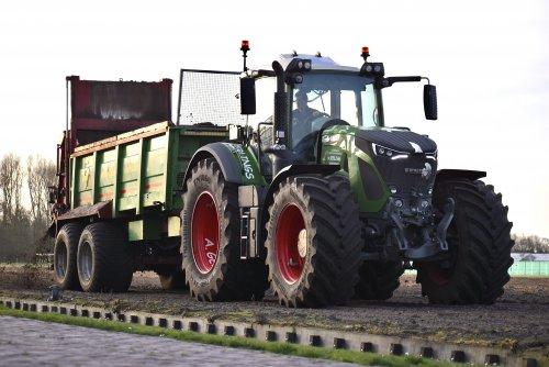Foto van een Fendt 930 compost strooien. Geplaatst door warmerbros op 24-03-2020 om 19:24:25, op TractorFan.nl - de nummer 1 tractor foto website.