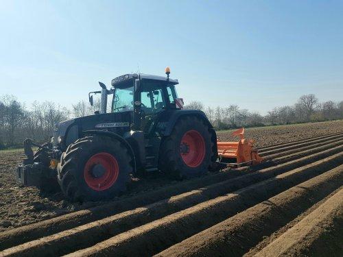 Ruggen frezen voor de wortels die van de week worden gezaaid.. Geplaatst door wart op 29-03-2020 om 15:01:31, op TractorFan.nl - de nummer 1 tractor foto website.