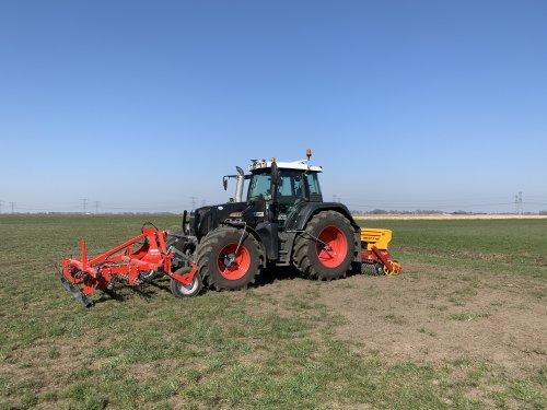 Wolters Cultuurtechniek (Zwolle) × op de foto met een Fendt 714.   Volop aan het doorzaaien!. Geplaatst door Pascal op 29-03-2020 om 19:53:17, op TractorFan.nl - de nummer 1 tractor foto website.
