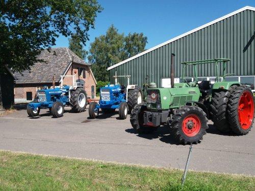 Farmer 5s klaar voor trekkertrek.  Op de achtergrond een Ford 4000 en Ford 5000. Geplaatst door Gerald Panhuis op 29-03-2020 om 20:48:49, op TractorFan.nl - de nummer 1 tractor foto website.