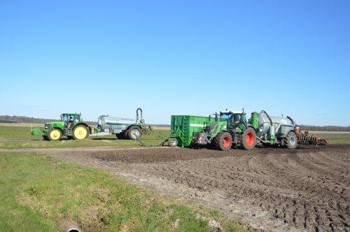 Op deze foto is Loonbedrijf Kees de Gier Bovensmilde (Bovensmilde) × actief met een Fendt 828.. Geplaatst door rolandfotografie op 31-03-2020 om 17:43:01, op TractorFan.nl - de nummer 1 tractor foto website.