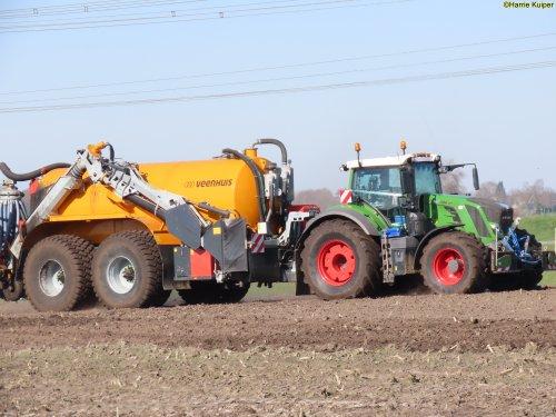 Kijk, daar heb je Jan Bakker (Oldebroek) × met een Fendt 828.. Geplaatst door oldtimergek op 02-04-2020 om 00:10:25, op TractorFan.nl - de nummer 1 tractor foto website.