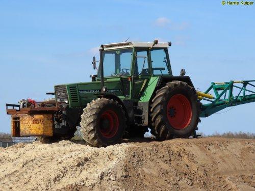 Foto van een Fendt 615 van landbouw bedrijf Buijs E.compascuum aan het mest mixen.. Geplaatst door oldtimergek op 25-04-2020 om 10:15:09, op TractorFan.nl - de nummer 1 tractor foto website.